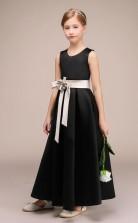 Schwarzes Satinblumenmädchen-brautjungfernkleid Mit Silbernen Schärpen GBCH028