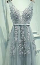 A-linie Tüll V-ausschnitt Bodenlang Mit Applikation Kleid JTC5383
