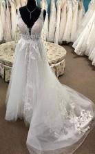 A Line Spitze Appliziertes Brautkleid Mit Tiefem V-ausschnitt Hof Zug Hochzeitskleid Twa4652
